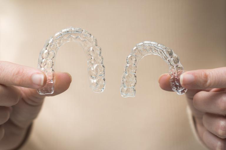 SmartTrack de Invisalign en nuestros tratamientos de ortodoncia en oviedo. Alineadores transparentes para ortodoncia INvisib le