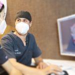 Especialistas en implantes dentales en oviedo discutiendo las mejores opciones de implantes dentales en la clínica dental de Oviedo