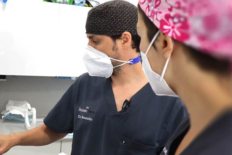 Dr. Bousoño, experto en implantes dentales en Oviedo, estudiando una elevación de seno maxilar.